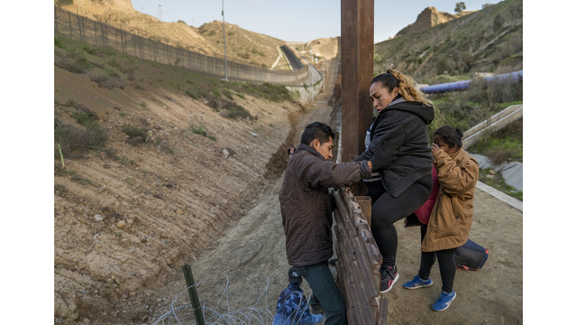 APTOPIX Central American Migrant Caravan_1546007545362