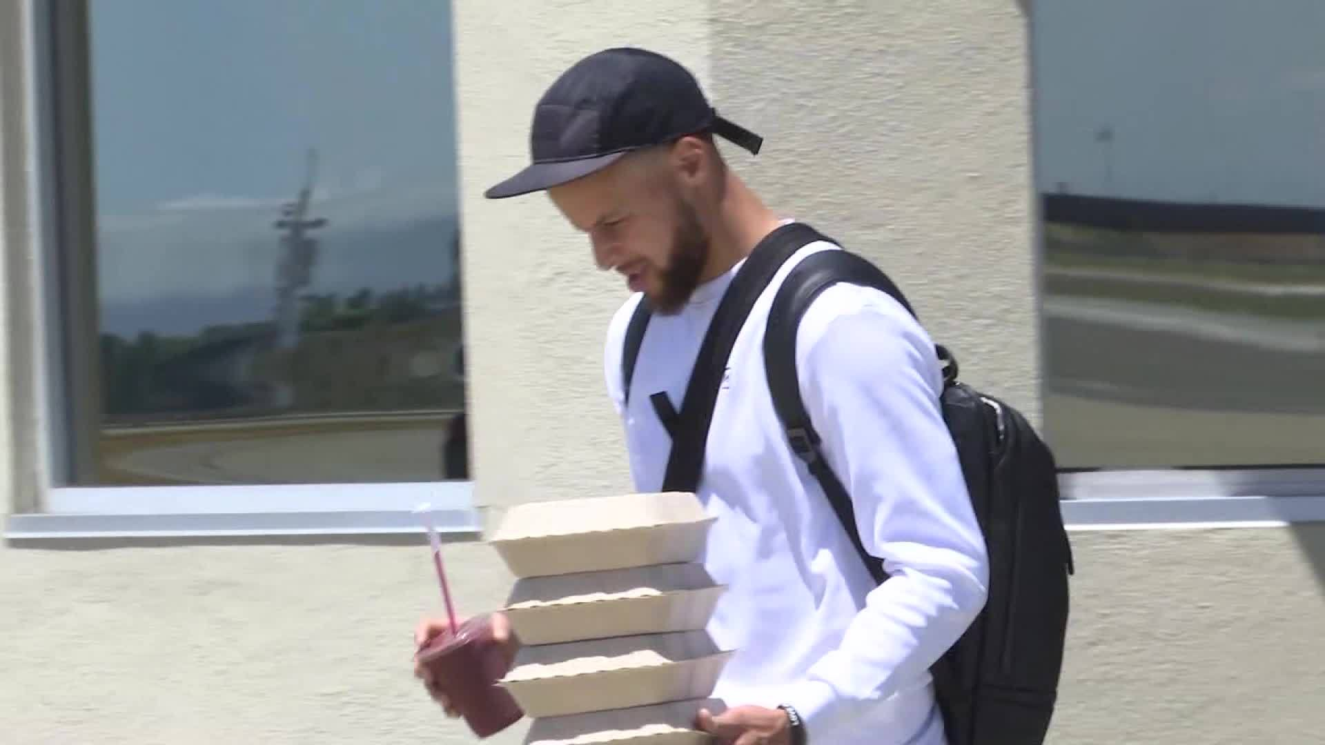 Steph Curry boards Toronto-bound plane