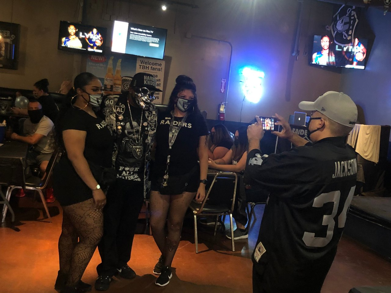 702 Raider Nation Las Vegas celebrates as bars open just in time for Raiders' first home game